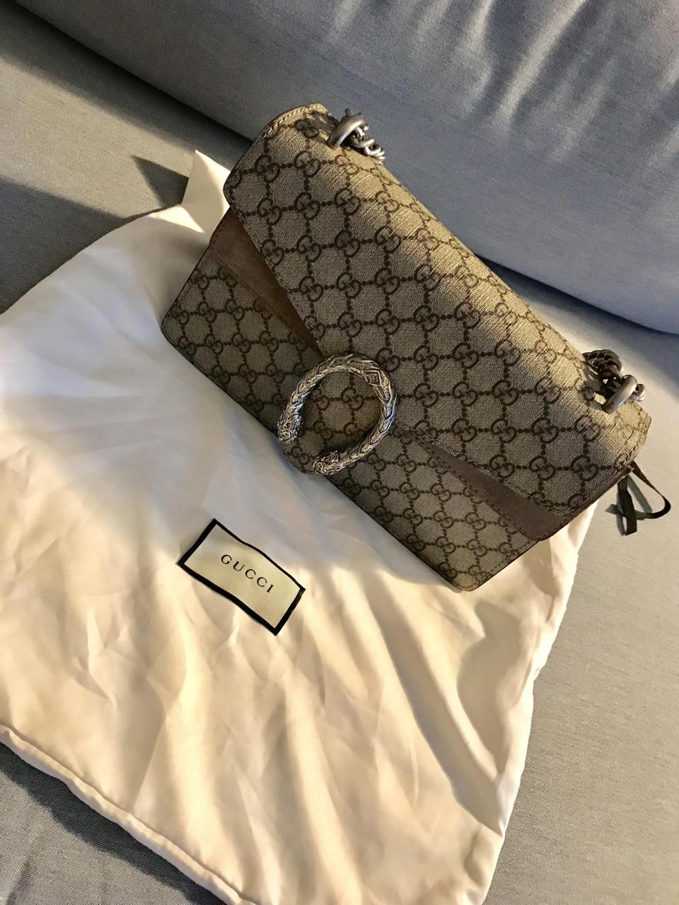 7d8eaa7ed8b681 The theme of animal detailing proceeds in the Gucci Soho Shoulder Bag Chain  Replica Osiride Small GG Shoulder Bag, which has as its focal point a  stunning, ...